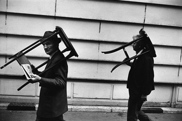 Men walking with tables on their heads, Paris, 1971 © Richard Kalvar / Magnum Photos