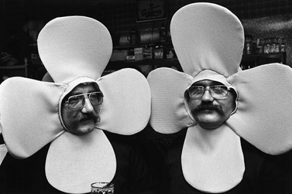 Twin flowers during a carnival, La Louviére, 1979 © Richard Kalvar / Magnum Photos