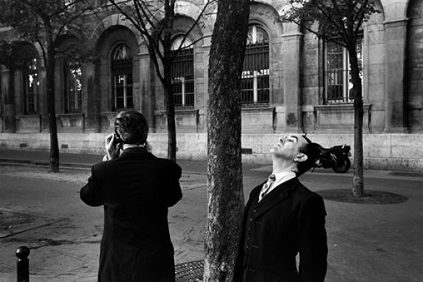 Two men in front of the Hôtel Dieu, near Notre Dame cathedral, Paris, 2000 © Richard Kalvar / Magnum Photos