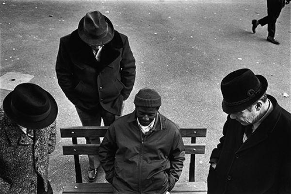 Playing checkers in Washington Square, New York City, 1976 © Richard Kalvar / Magnum Photos