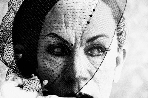 John Malkovich in Rauch und Schleier, Paris (Vogue) (nach William Klein, 1958) © Sandro Miller, 2014 / Mit freundlicher Genehmigung der Catherine Edelman Gallery, Chicago